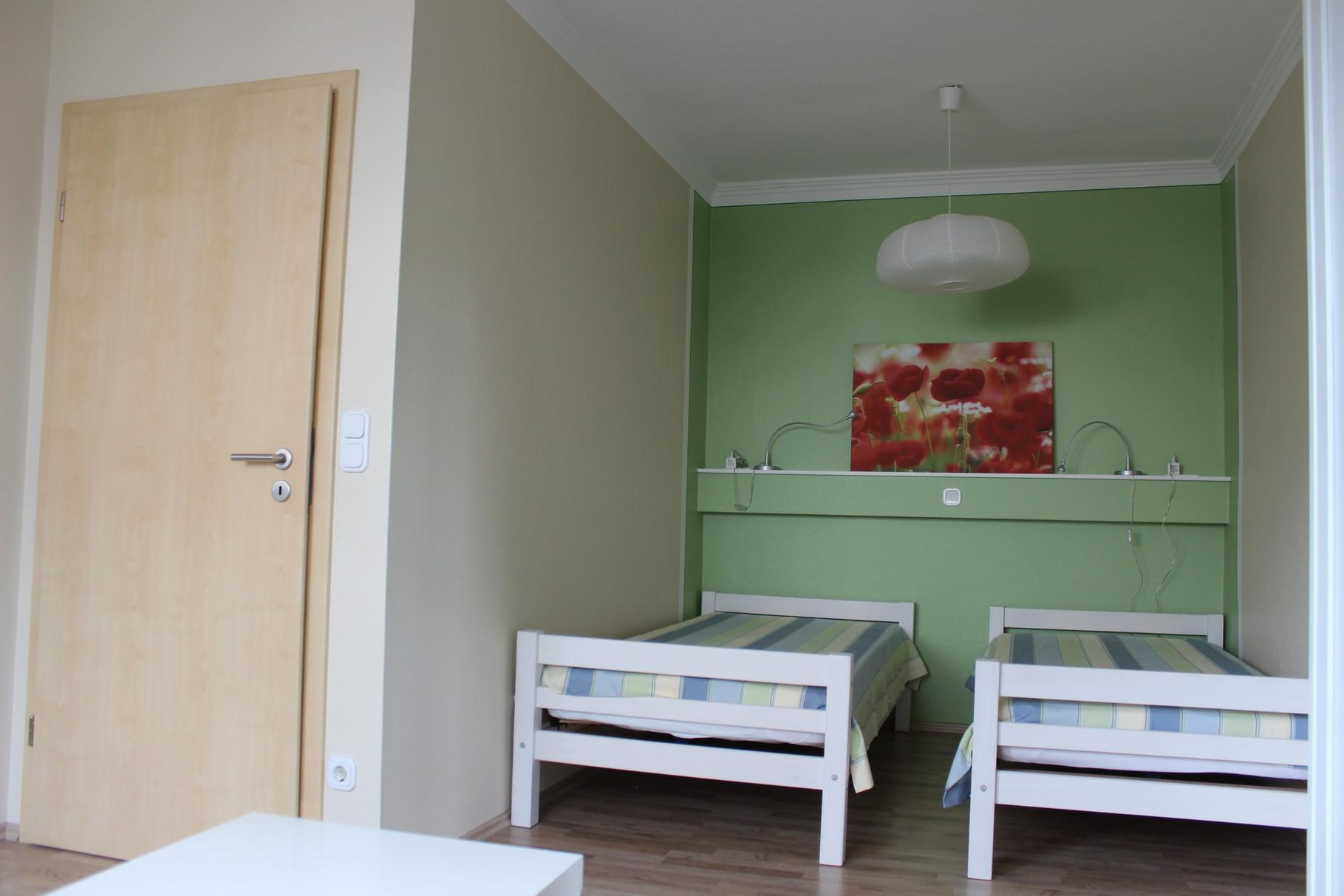 kleines Schlafzimmer mit zwei getrennten Betten