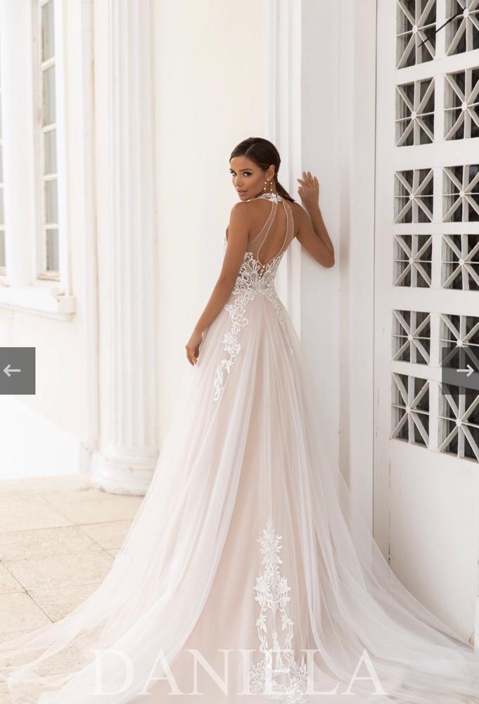 romantisches Prinzessinnen Brautkleid, Spitze fließt in den  Tüllrock, V-neckline,  Neckholder