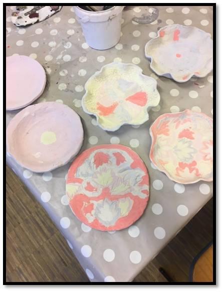 Die schönen Teller die wir gemacht haben, haben wir heute glasiert.