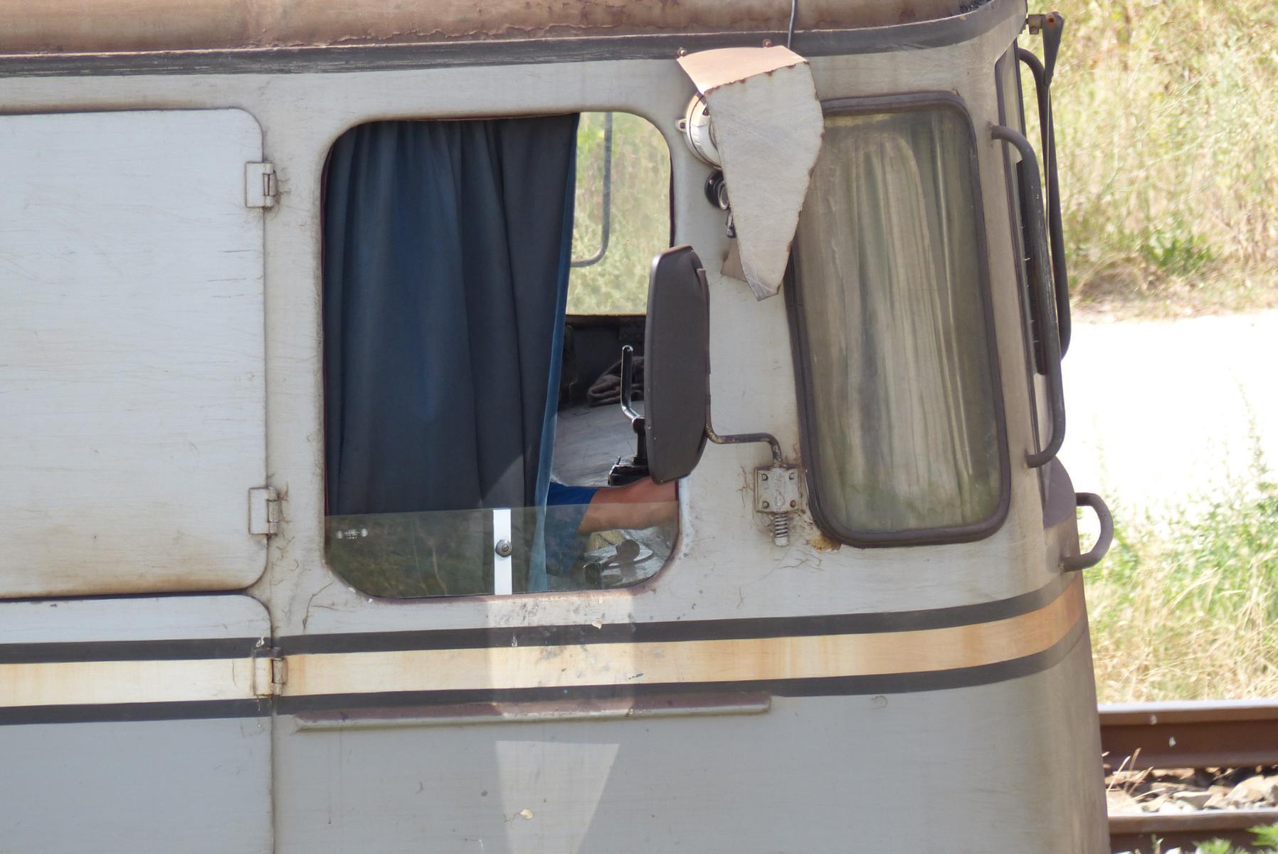 Es ist immer noch sehr heiß. Der Lokführer versteckt sich in seinem eisernen Brutkasten hinter einem Vorhang...
