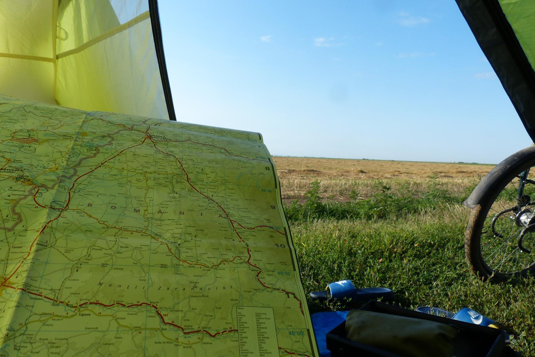Morgens im Zelt plante ich meine weitere Strecke durch Siebenbürgen.
