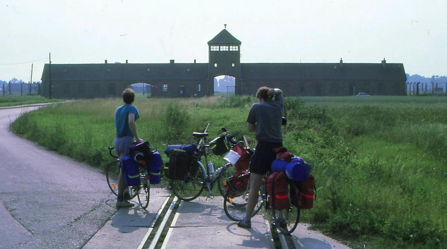 Auch Auschwitz-Birkenau hatte in diesem Jahr noch wenig Besuch von Radreisenden. Auf diesem Bild sind es meine Companeros bis Ungarn.