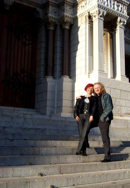 Rajka und Vlado auf den Treppen vor der Cathedrale