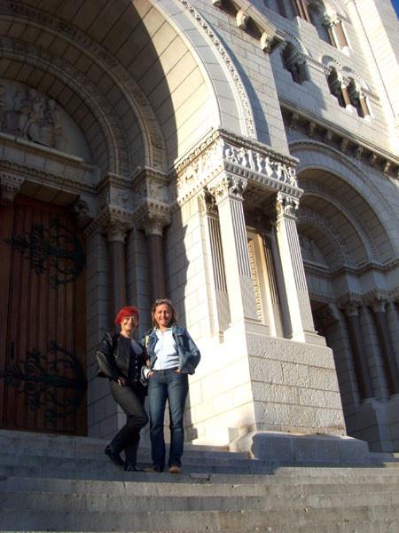 Rajka und Fabienne Krunić auf den Treppen vor der Cathedrale