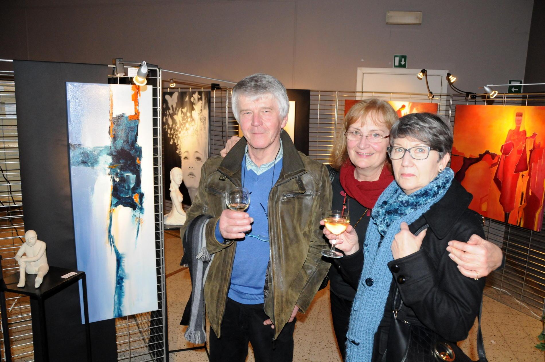Vernissage , avec des amis devant mes sculptures , première salle