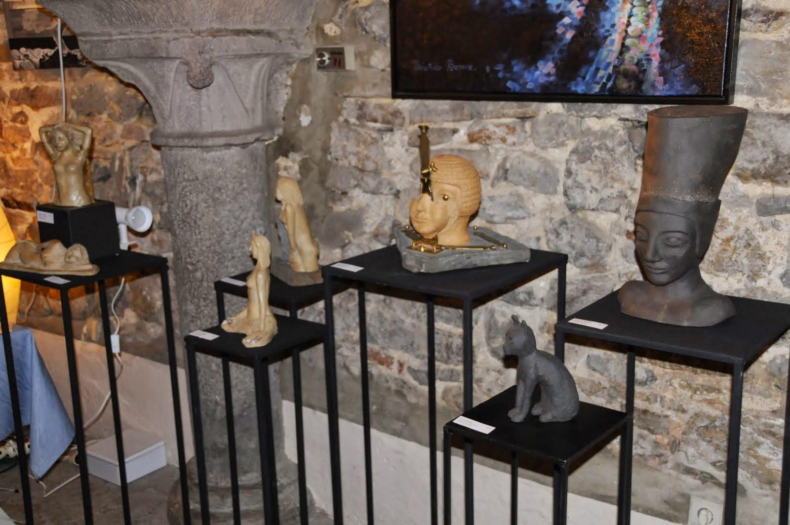 Vue de mon emplacement et de mes sculptures en terre cuite