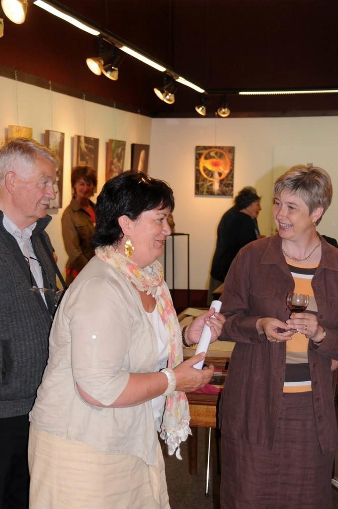 Vernissage, Chantal avec deux invités