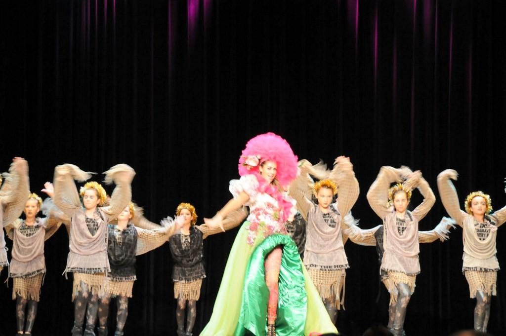 un groupe de danseurs