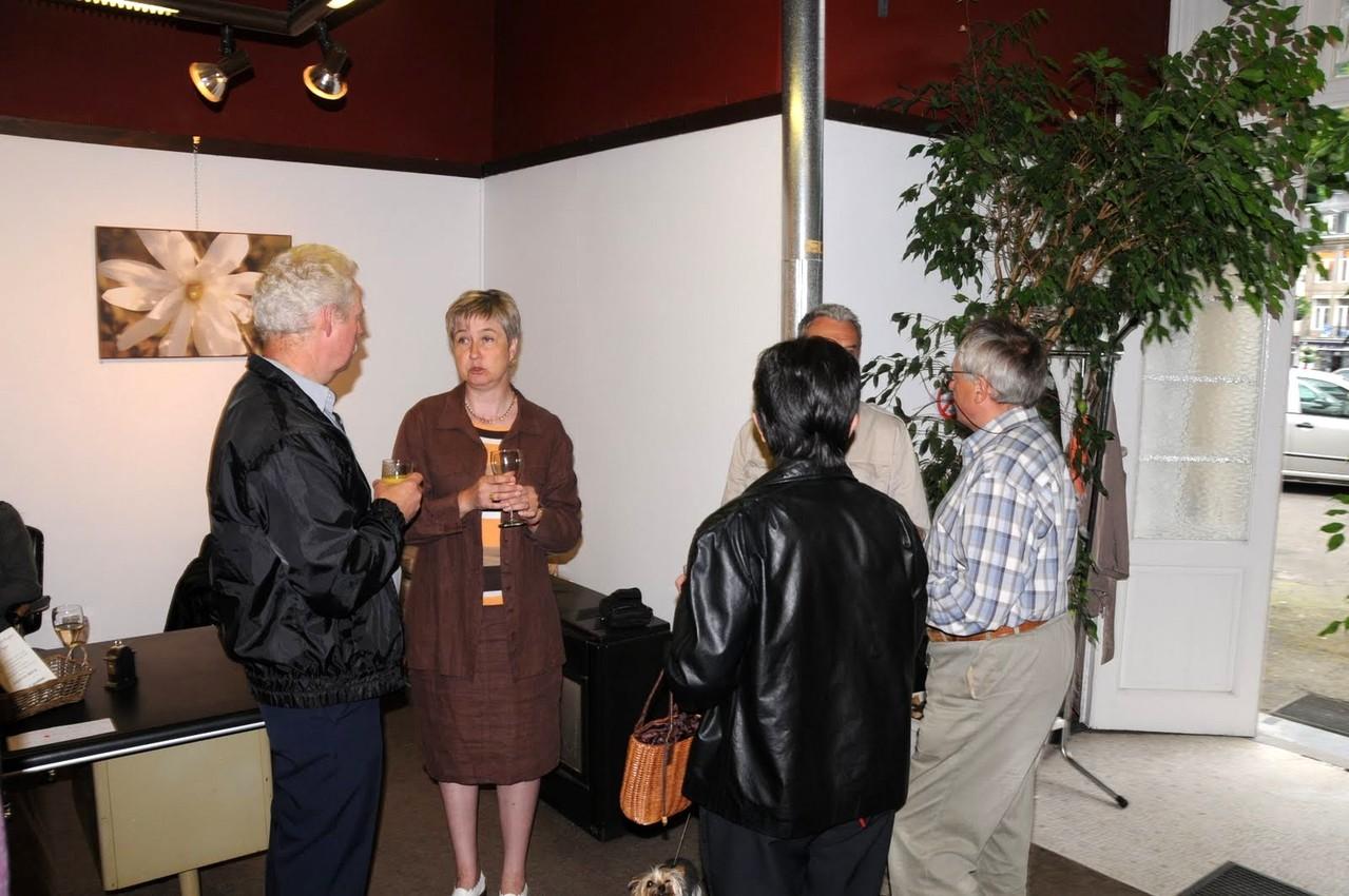 Chantal en conversation avec des invités