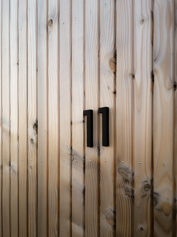 alcyone, anne merceron, guillaume larreur, design, sizun, bretagne, neuf, construction, maison, ossature bois, bardage bois, saint pol, sur-mesure, numéro maison, moderne, contemporain, façade maison, minimalisme