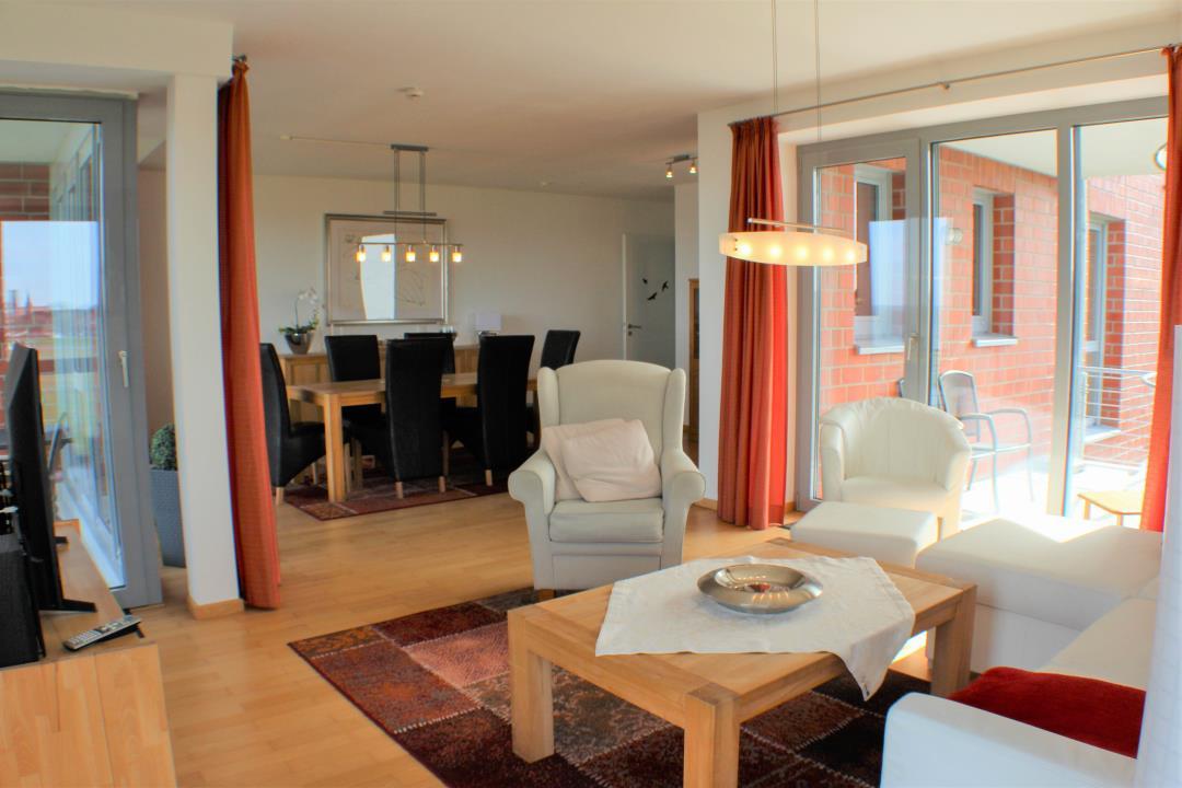 Wohnraum mit Zugang zum Nord- und Südbalkon