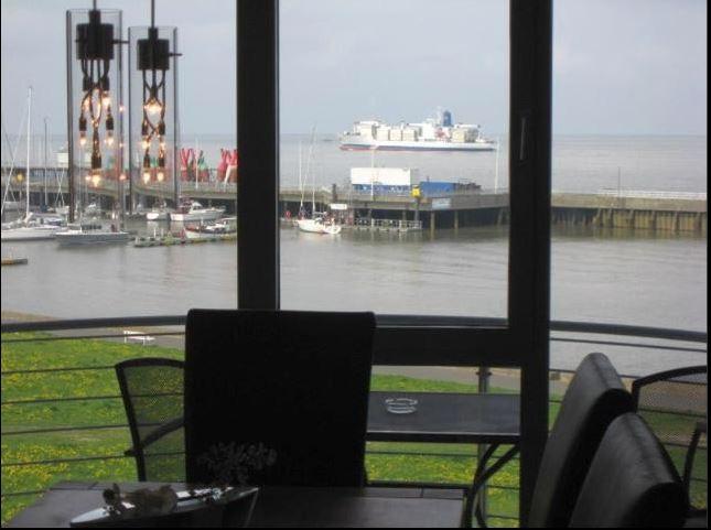 Geräumiges Wohn- und Esszimmer mit Blick auf den Yachthafen