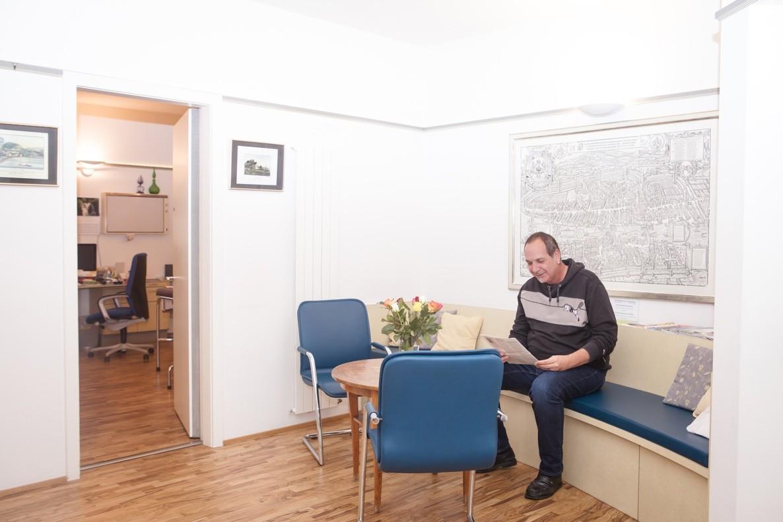 Wartezimmer mit Blick in ein Sprechzimmer