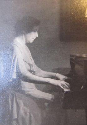 Clara Faisst am Klavier, etwa 1930