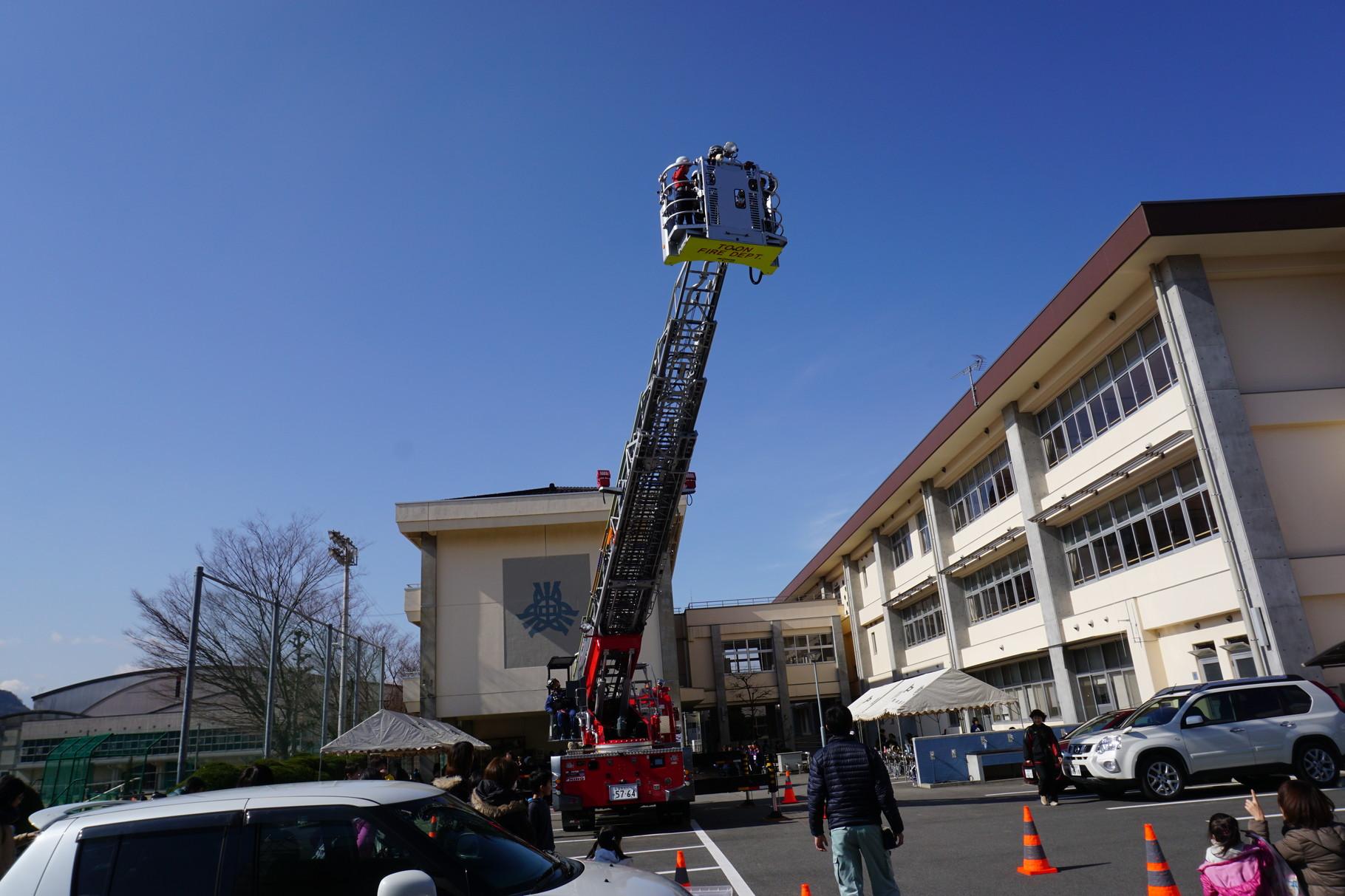 東温消防署協力のはしご車体験