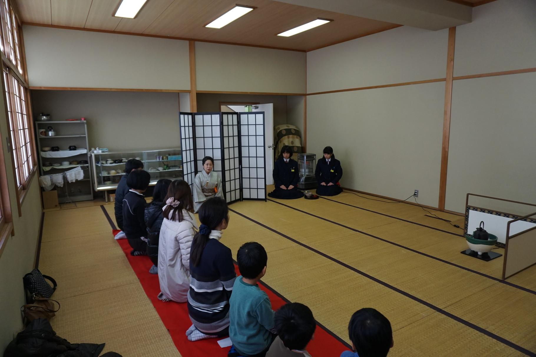 川内中学校茶道部の皆さんによるお茶教室。緊張~♪