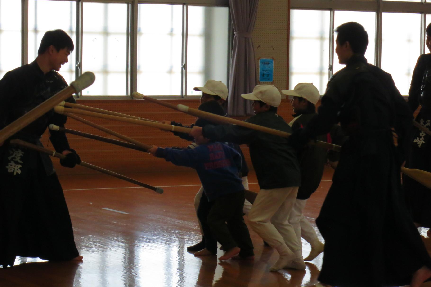 東温高校銃剣道部による銃剣道教室。