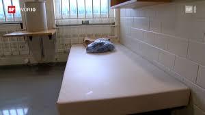 Therapie und Strafvollzug: Gefängniszelle (Quelle: SRF)