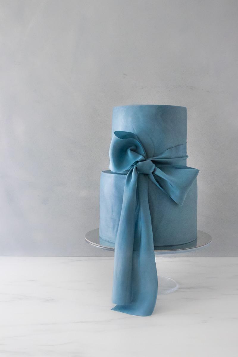 edle blaue Tauftorte Hochzeitstorte Seidenband elegant