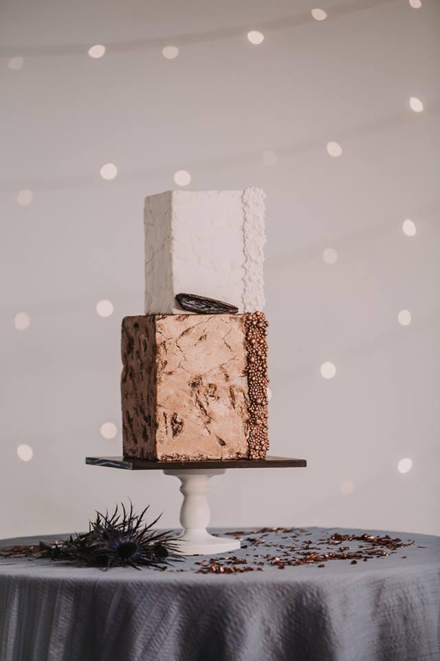 Torte in Steinoptik im Bronzekleid (Foto: Hannah L. Lebendige Fotografie)
