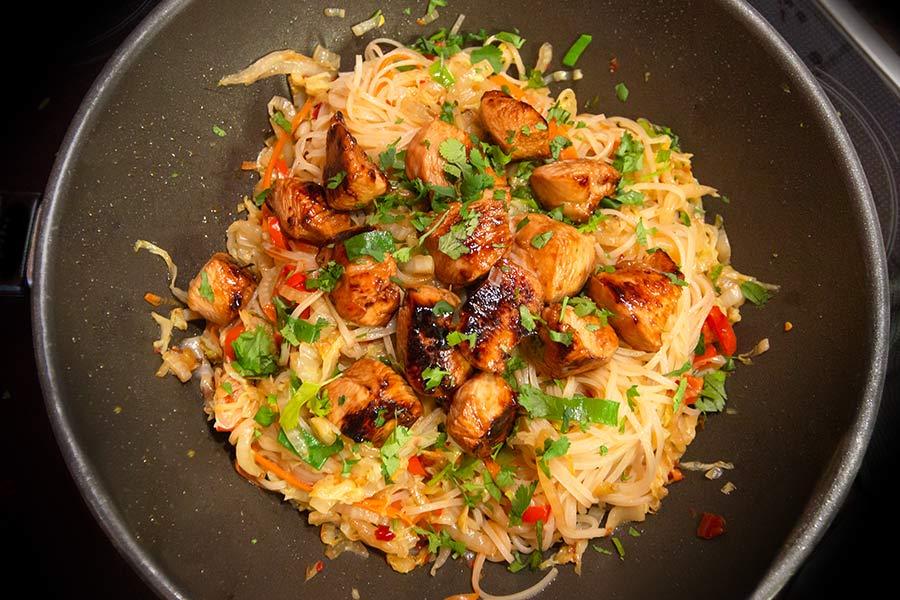 Thailändische Wok-Nudeln mit Huhn ♦ Rezept