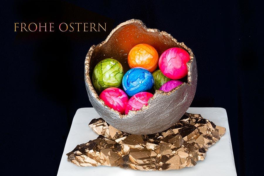 Grußkarte- Frohe Ostern! Bunt bemalte Ostereier in goldener Schale