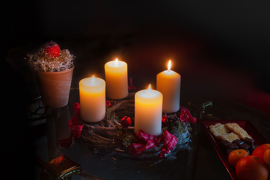 Adventskranz mit vier brennenden Kerzen © Jutta M. Jenning - www.mjpics.de