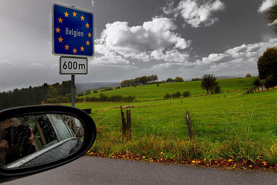Blick in den Rückspiegel an der Grenze nach Belgien