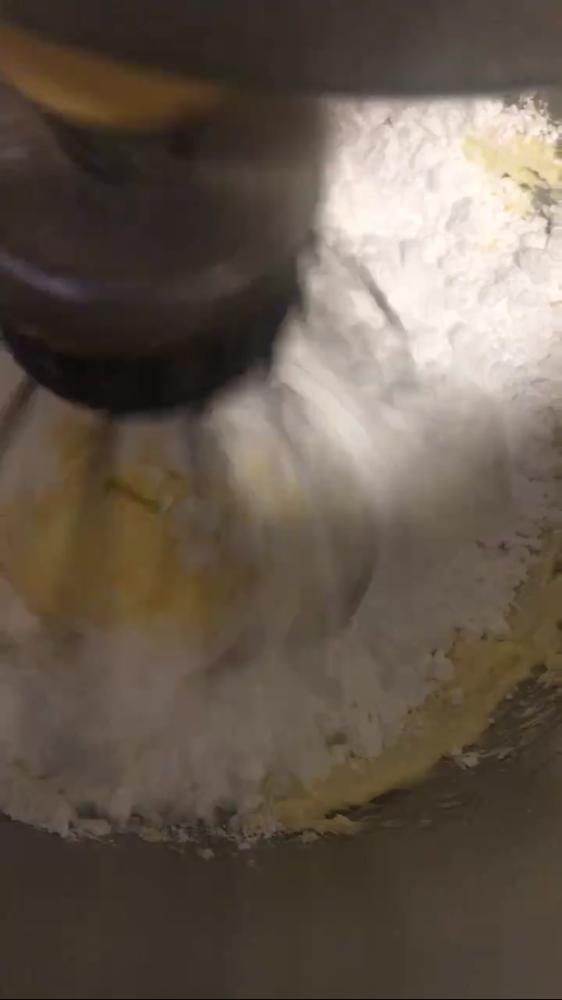 Frosting: Butter schaumig rühren, Puderzucker, Frischkäse und Vanillezucker dazurühren