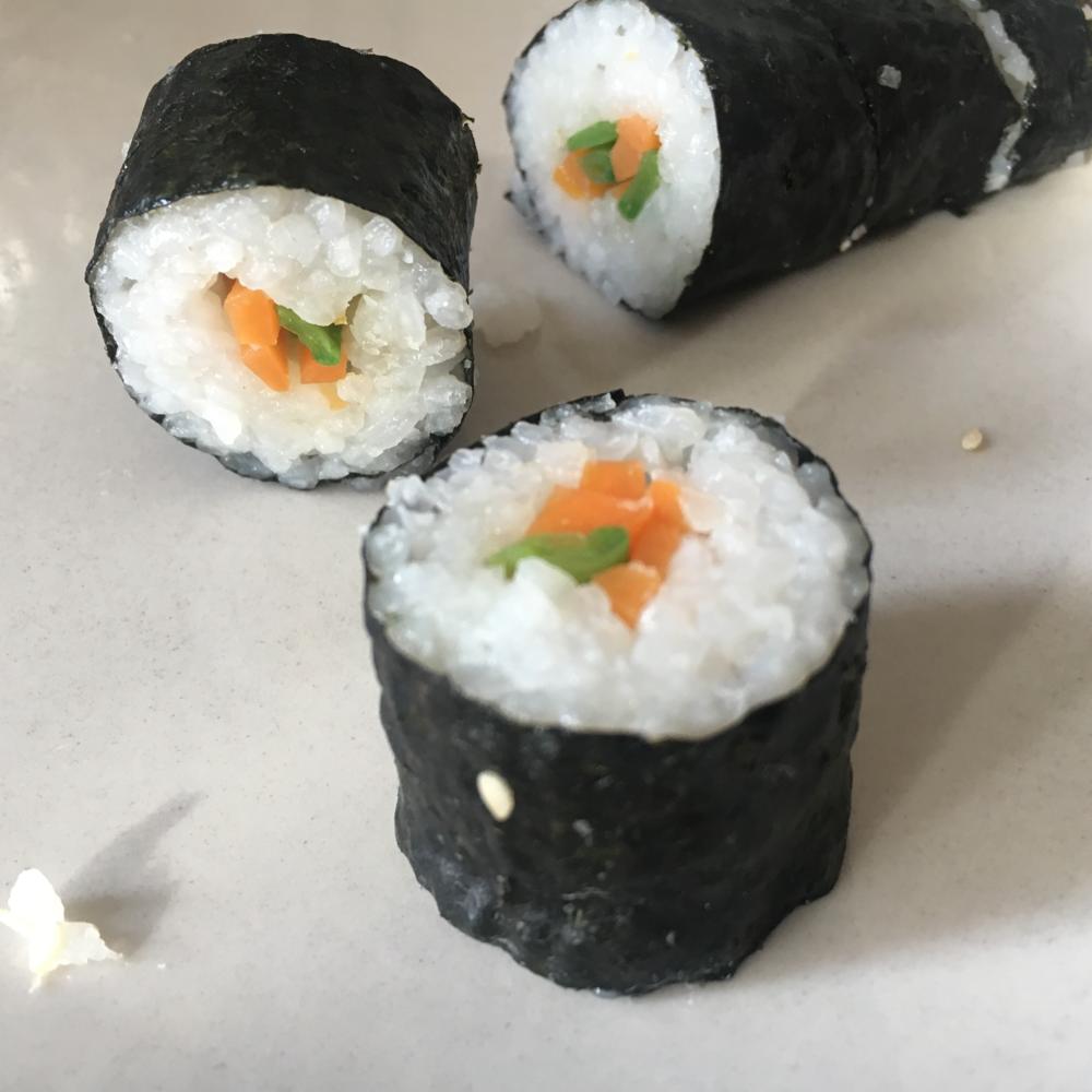 Hoso-Maki: dünne Rolle mit Algenblatt außen