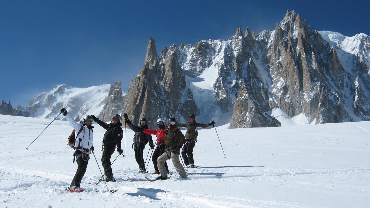 Pause avec au fond le versant italien du Mt-Blanc, le Grand Capucin et la face Est du Mt-Blanc du Tacul