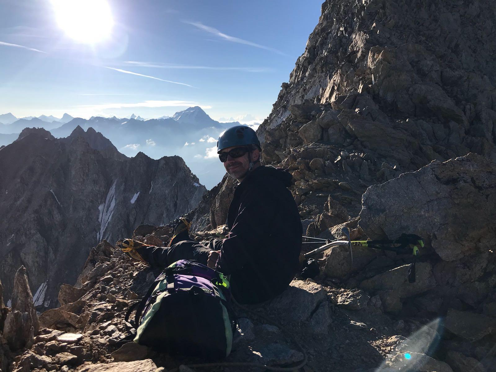 Fabrice scrute les cîmes du Valais