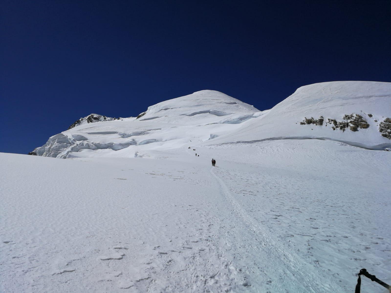 Au Col de La Brenva : vue sur le Mur de la Côte et Mt-Blanc