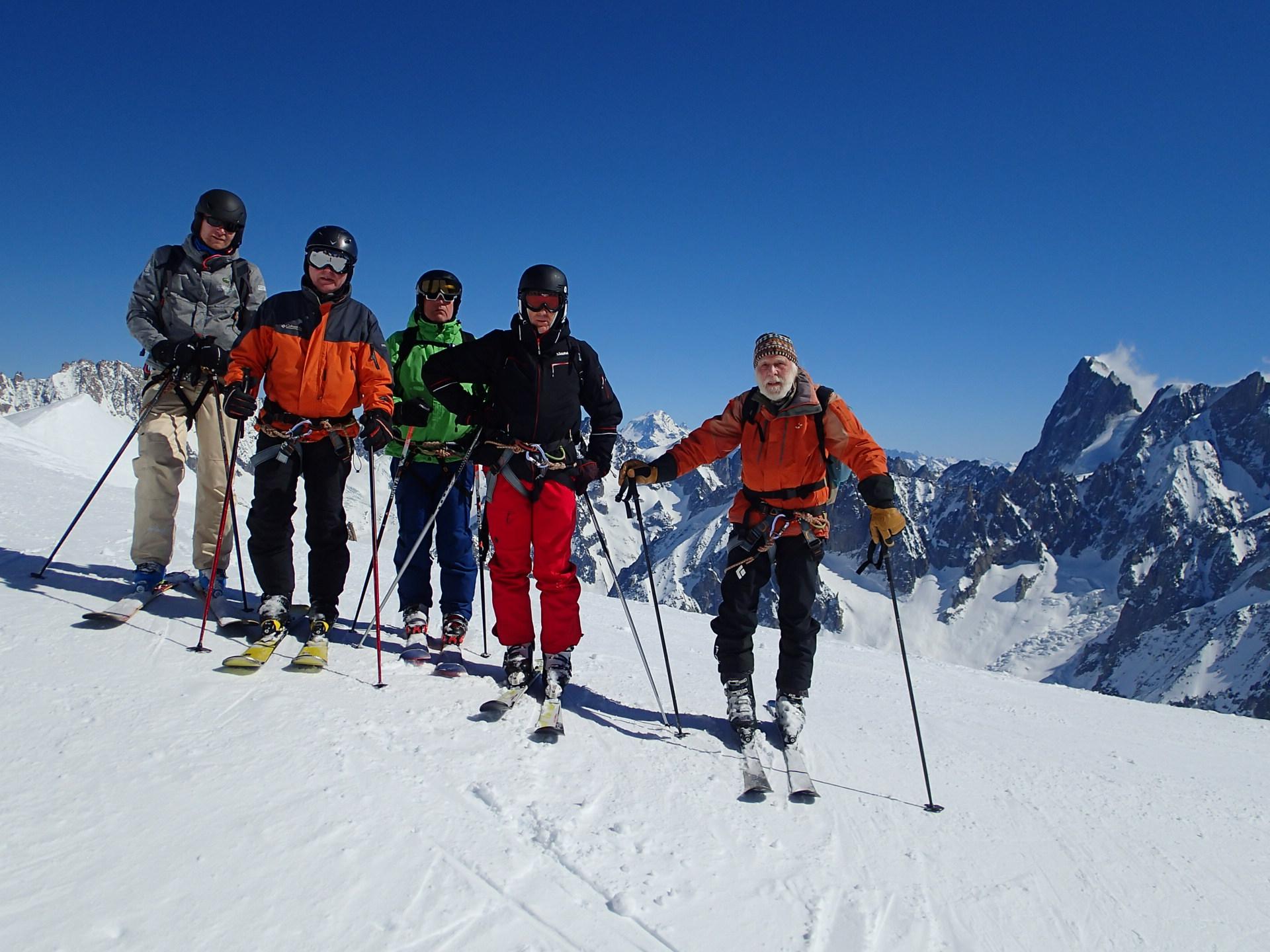 Laurent, Jacques, Alain, Jacky et David au pied de l'arête de l'Aiguille du Midi