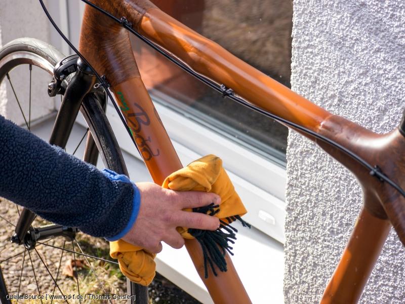 Den Fahrradreiniger wischt man am besten mit einem Tuch weg.