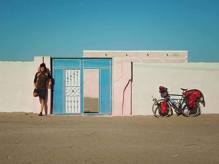 Nach mehreren Tagen Sandwüste freut er sich, auf ein Bauwerk zu stoßen, das Windschatten bietet / Foto: Anselm Pahnke