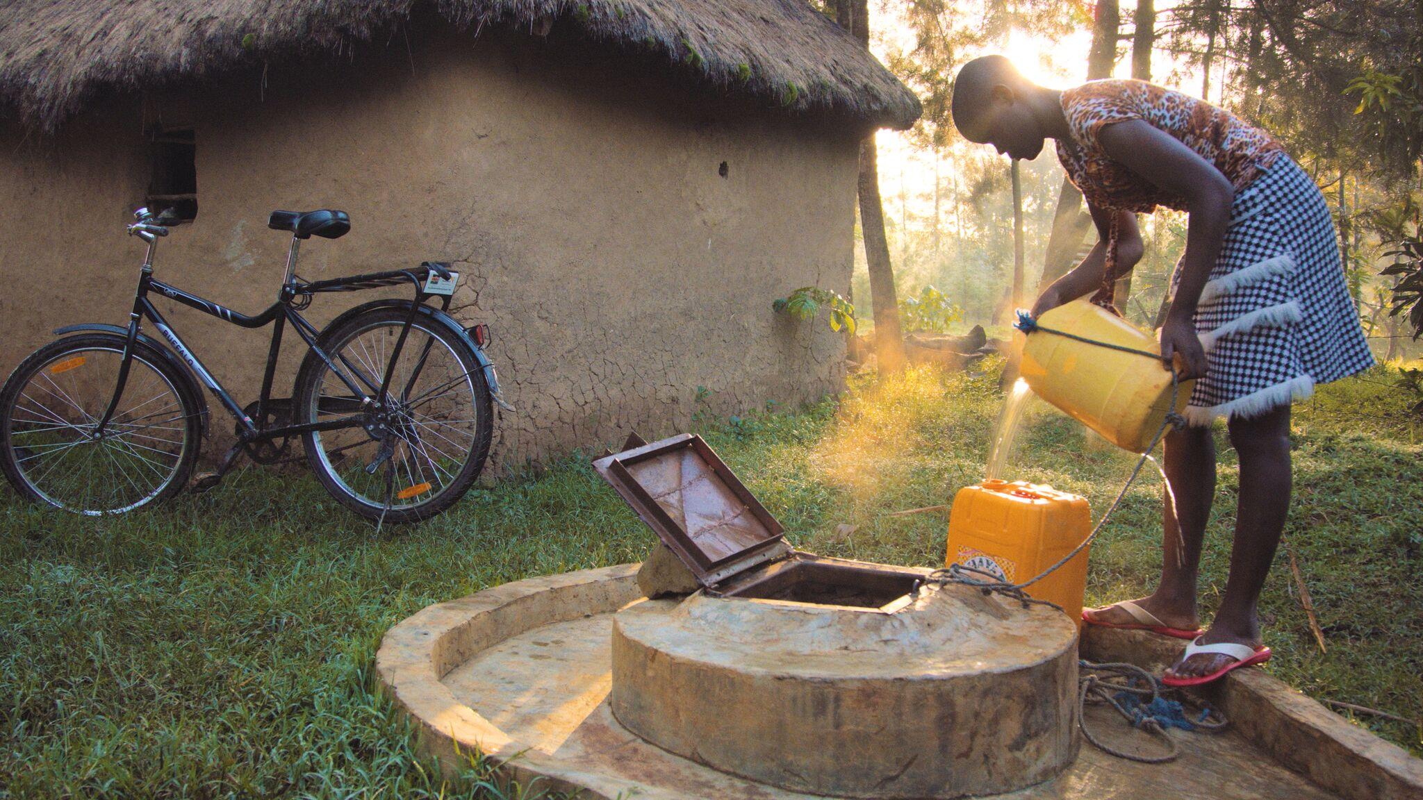 © WorldBicycle Relief/  Bevor sie ein Fahrrad bekam, musste Dianah aus Kenia morgens vor der Schule mehr als eine Stunde Zeit zum Wasserholen einplanen. Mit dem Fahrrad spart sie die Hälfte der Zeit und kommt ausgeschlafener in der Schule an.