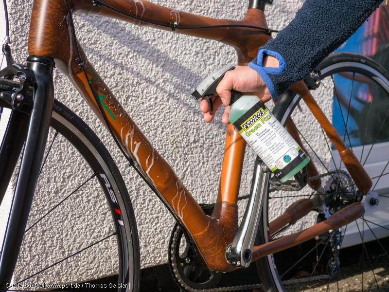 Zum Reinigen von Bambus-Fahrrädern braucht man keine Holzpolitur, sondern einen handelsüblichen Fahrradreiniger. Passend zum Rad sollte dieser auch biologisch sein und die Umwelt schonen.