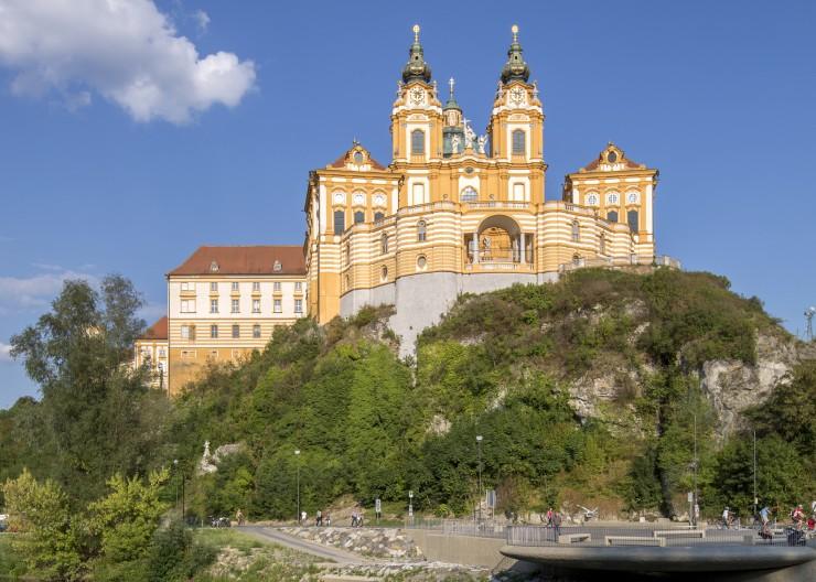 Auf der Radtour von Passau entlang der Donau nach Wien passieren Radreisende die Klosteranlagen von Melk. Bildnachweis: Radweg-Reisen