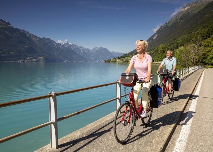 Die Radtour vom Bodensee in die Alpen von Radweg-Reisen führt Radler auch an die Ufer des Brienzer Sees. Bildnachweis: Radweg-Reisen