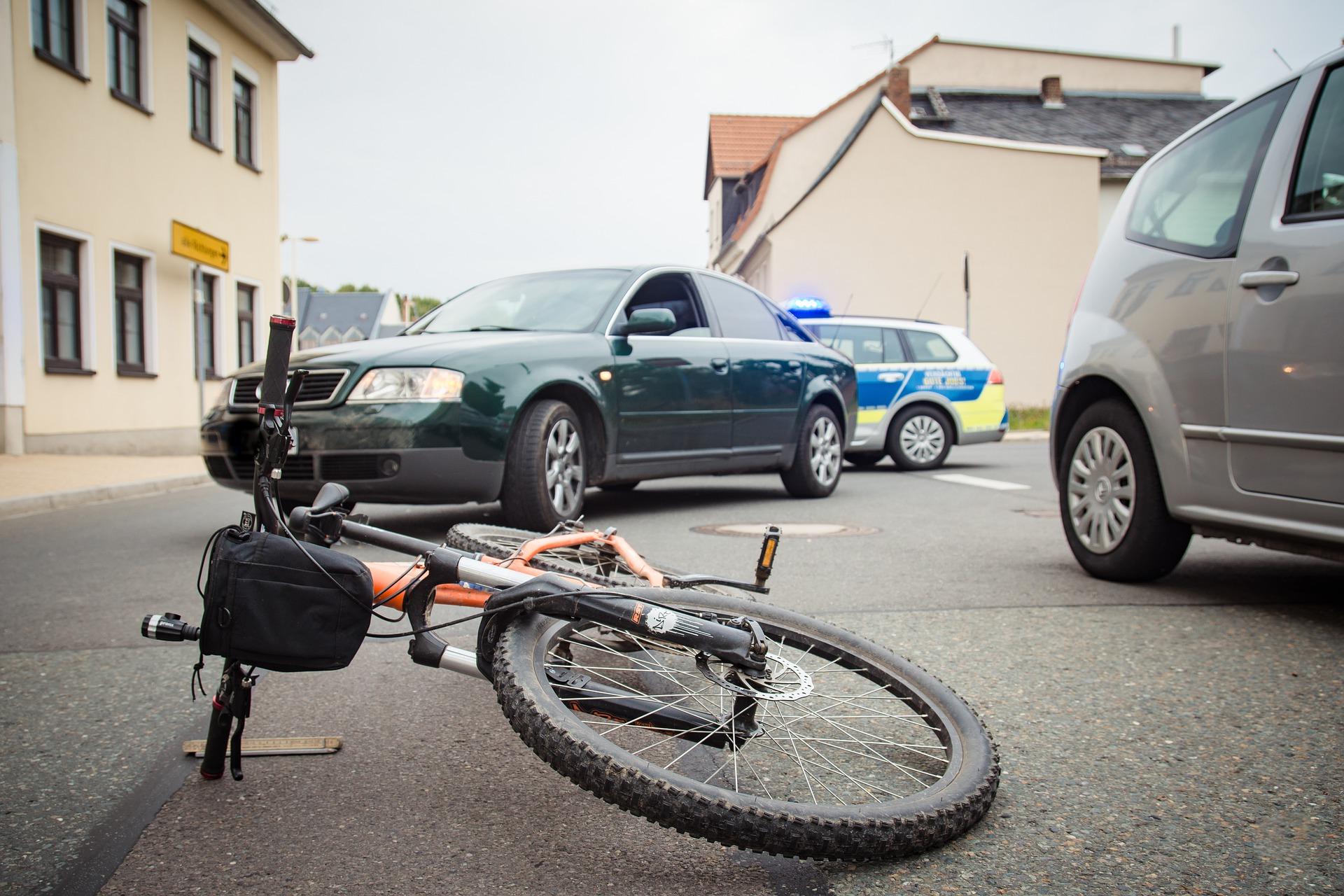Radweg neben der Fahrbahn: Abbieger müssen warten
