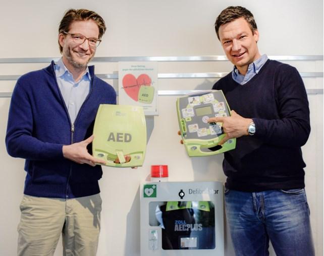 Dominik Thiele (li.) und Christoph Mannel bei der Inbetriebnahme  der neuen AEDs. Foto: Philipp Träuptmann / Winora-Staiger GmbH