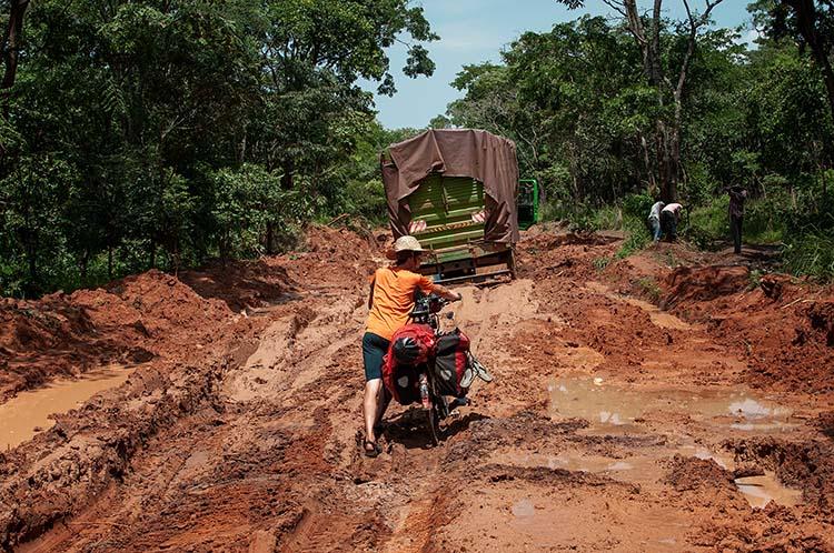 Nach starken Regengüssen in Tanzanias Westen ist an Fahrrad fahren nicht mehr zu denken / Foto: Anselm Pahnke