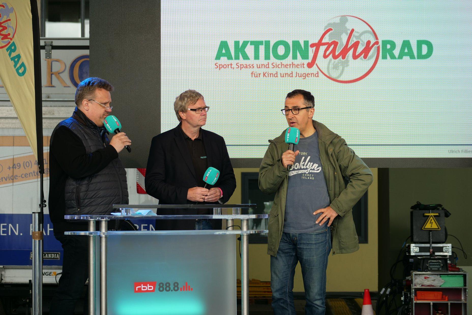 Cem Özdemir übergab auf der Radiobühne von rbb die Preise // © AktionfahrRad