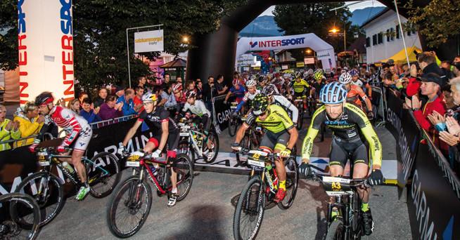 Start zur Extremdistanz der Salzkammergut-Trophy um 5 Uhr morgens – 211 Kilometer und 7.119 Höhenmeter warten dabei auf die Teilnehmer. © www.trophy.at