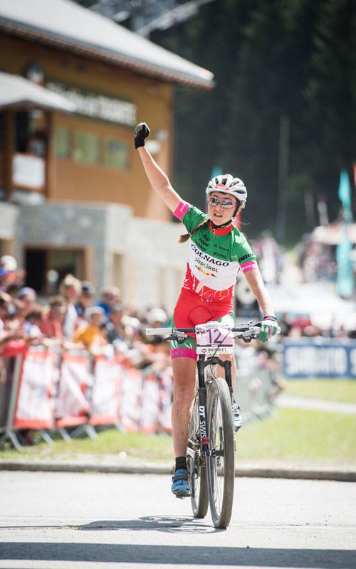 Eva Lechner freut sich im Ziel über Platz fünf beim Cross-Country-Weltcup in Méribel © EGO-Promotion/Armin M. Küstenbrück