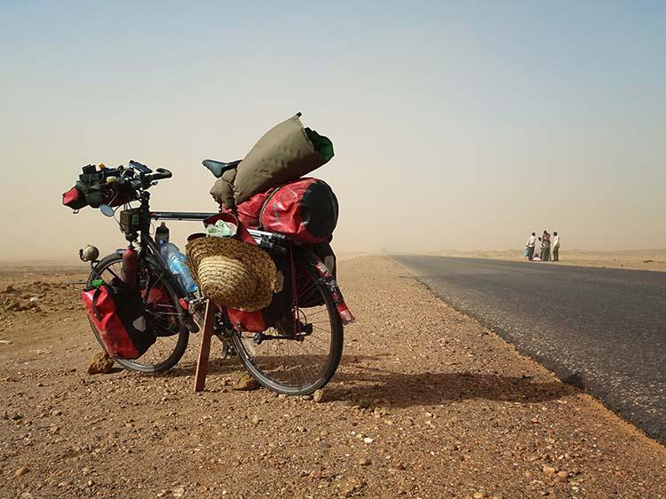 Ein Sandsturm fegt über den heißen Asfalt der Sudanesischen Sahara / Foto: Anselm Pahnke
