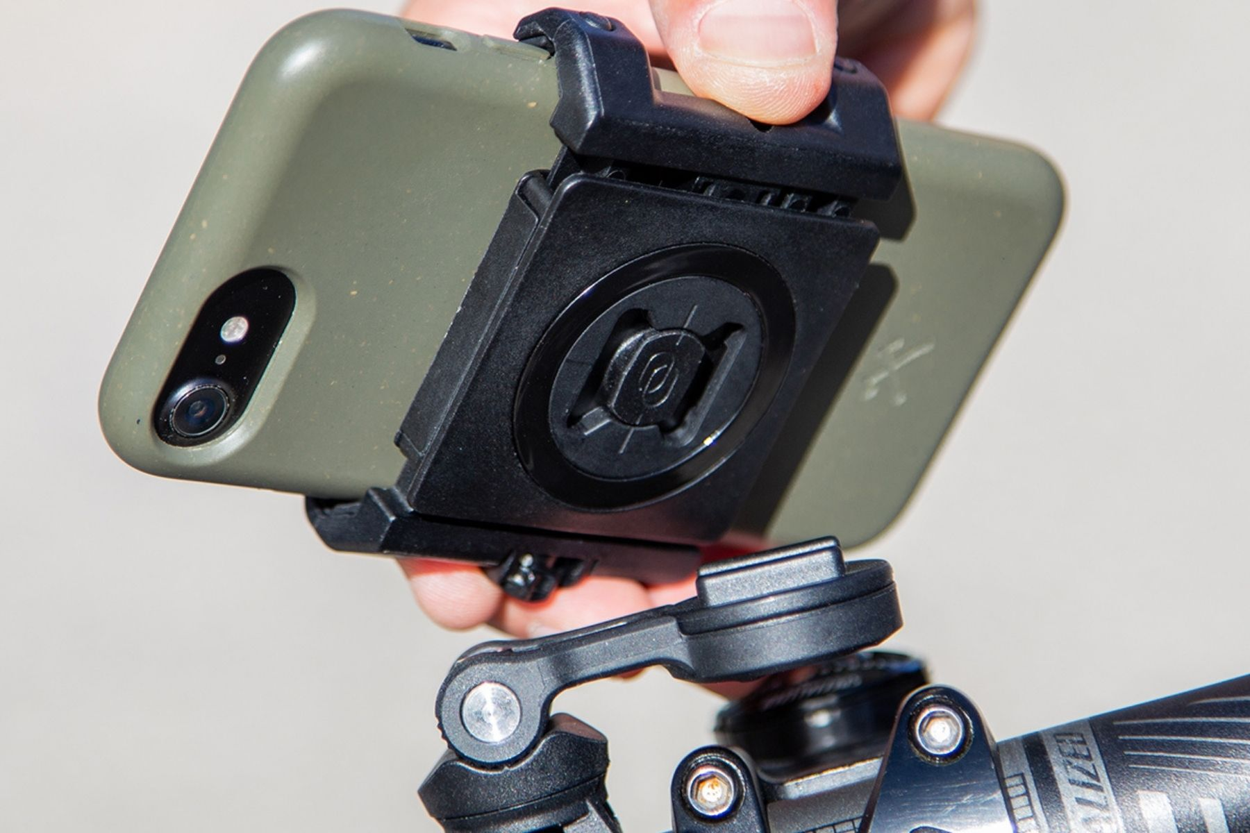 Mit SP Connect das Smartphone fest am Lenker