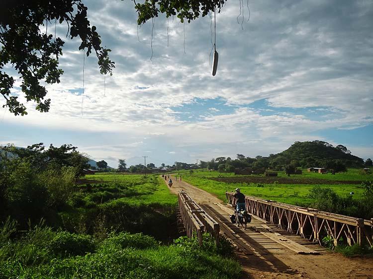 Im fruchtbaren Hochland von Burundi suchen sie einen Ort zum Zelten / Foto: Anselm Pahnke