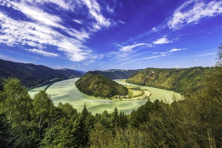 Die Schlögener Schlinge ist ein echtes Naturwunder: Fast kreisrund windet sich die Donau hier um den riesigen Granit-Hügel. Bildnachweis: Radweg-Reisen